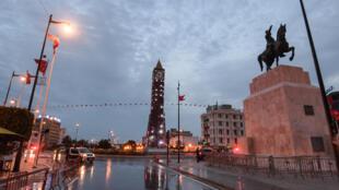 مركبات الشرطة على أهبة الاستعداد في شارع الحبيب بورقيبة في وسط العاصمة التونسية وسط الإغلاق بسبب وباء فيروس كورونا المستجد في 1 نيسان/أبريل 2020