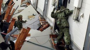 Des soldats cherchent des survivants dans un appartement effondré après les deux séismes qui ont frappé la préfecture de Kumamoto, le 17 avril 2016.