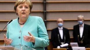 المستشارة الألمانية أنغيلا ميركل تعرض برنامج بلادها خلال توليها رئاسة الاتحاد الأوروبي، أمام البرلمان الأوروبي في بروكسل في 8 تموز/يوليو 2020