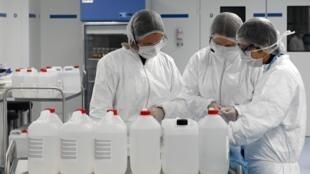 Des étudiants en pharmacie préparent de la solution hydro-alcoolique le 24 mars 2020 à Strasbourg