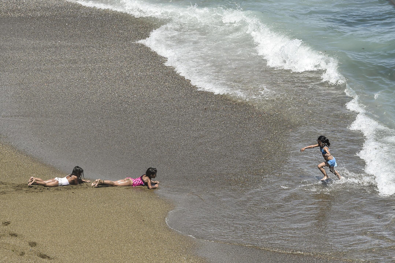 أطفال يلعبون على شاطئ في حي بولوغين بضاحية باب الواد بالعاصمة الجزائرية. 8 يوليو/تموز 2020