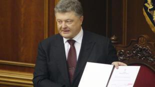 Petro Porochenko montre le décret qui nomme son ami Iouri Loutsenko procureur général d'Ukraine, le 12 mai 2016.