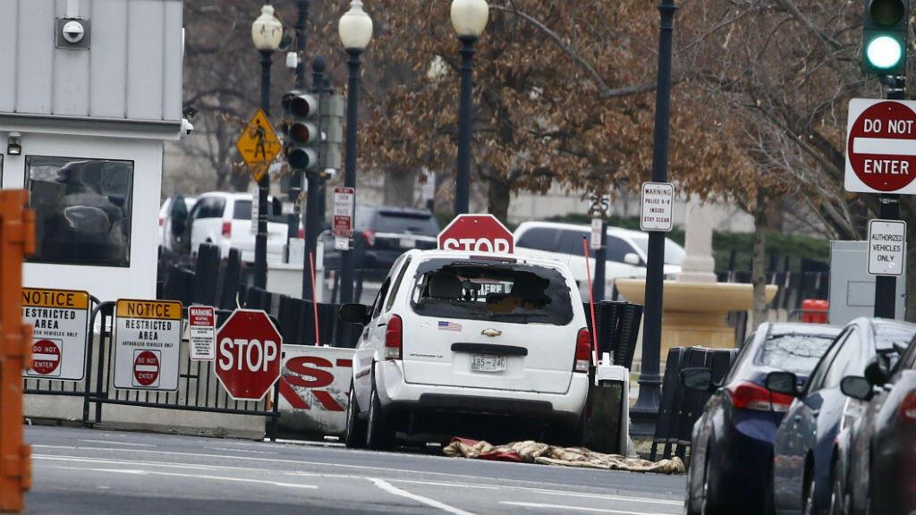 Un vehículo de pasajeros que chocó contra una barrera de seguridad se encuentra cerca de la Casa Blanca en Washington, EE. UU.