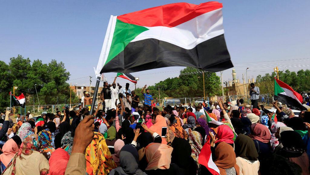 El pueblo sudanés ondea su bandera mientras celebran el acuerdo para compartir el poder durante un período de transición entre los militares y la oposición. Jartum, Sudán, 5 de julio. , 2019.