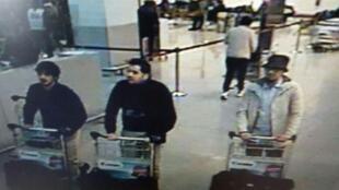 Les deux suspects à gauche de l'image de l'aéroport de Bruxelles-Zaventeem ont été identifiés comme étant Ibrahim El Bakraoui et Najim Laachraoui.  Le dernier, à droite, est activement recherché.