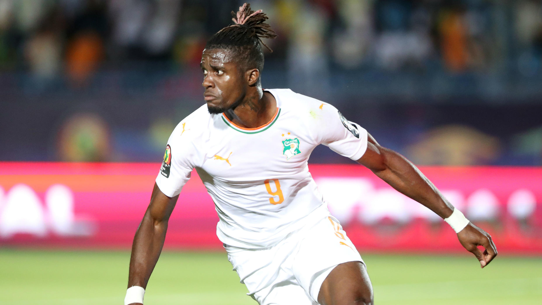 El delantero Wilfried Zaha celebra su gol para Costa de Marfil en el encuentro ante Mali en Suez, Egipto. 8 de julio de 2019.