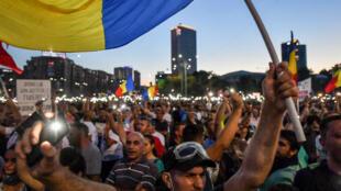 Des dizaines de milliers de personnes sont à nouveau descendues dans la rue, samedi 11 août à Bucarest pour demander la démission du gouvernement,