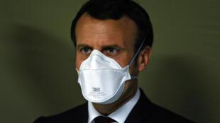 Le président français Emmanuel Macron porte un masque lors de la visite d'un hôpital militaire à Mulhouse (est de la France), le 25 mars  2020.