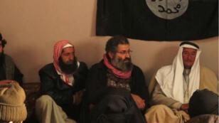 le jihadiste Mohammed Haydar Zammar (au centre, tête découverte) filmé en 2014 lors d'un rassemblement de l'EI, en Syrie.