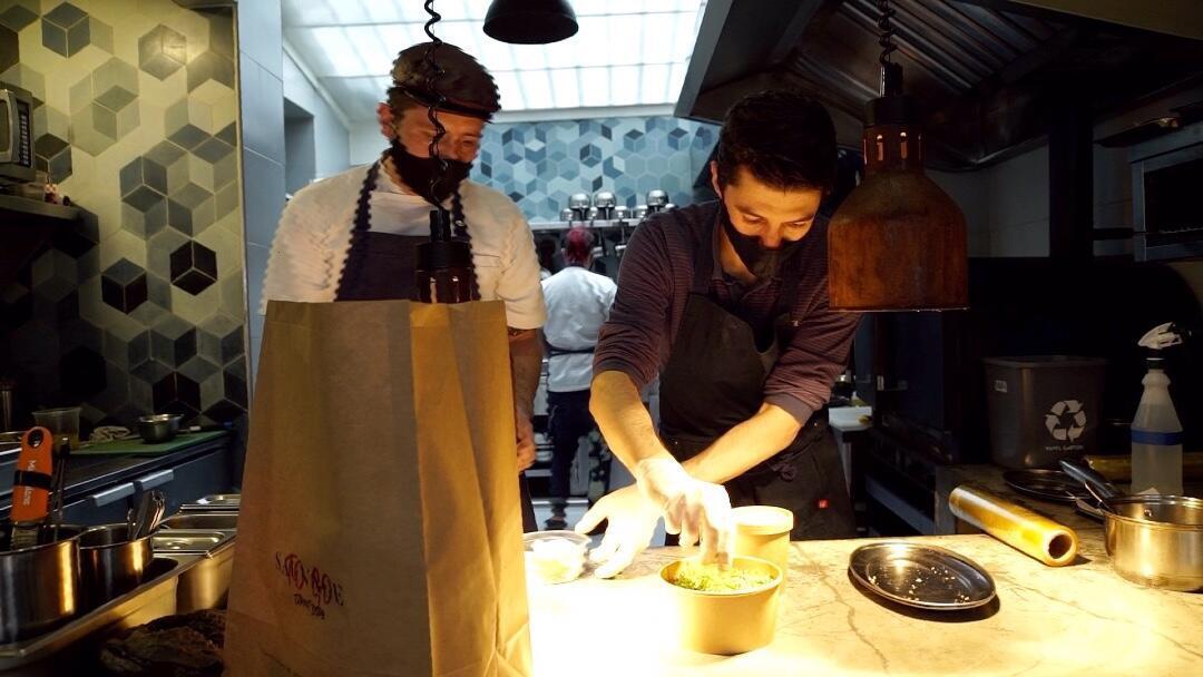 Victor Lanz, el chef del restaurante franco-colombiano Sauvage, mientras prepara un plato para envío a domicilio desde la cocina del establecimiento en la ciudad de Bogotá, Colombia.