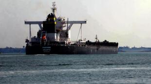 سفينة تبحر عبر قناة السويس في 30 آذار/مارس 2021