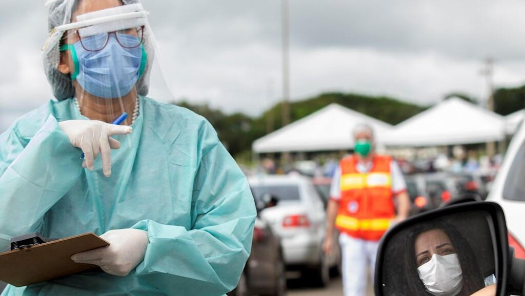 El 22 de abril, estos profesionales de la salud hace pruebas de Covid-19 a las personas que llegan en carro en Brasilia, Brasil.