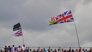 Le drapeau de l'Union Jack flotte au-dessus de la principale tribune du circuit de Silverstone, lors du dernier GP F1 de Grande-Bretagne, le 14 juillet 2019