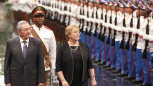 La presidenta de Chile, Michelle Bachele recibió honores militares por parte del presidente de Cuba, Raúl Castro en su visita oficial a la isla