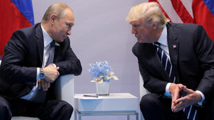 El presidente de Rusia, Vladímir Putin, habla con el presidente de Estados Unidos, Donald Trump, durante una reunión bilateral en la cumbre del G20 en Hamburgo. Archivo.