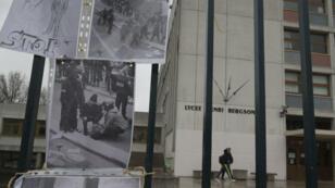 Deux photographies placardée devant l'entrée du Lycée Bergson, à Paris, où l'agression du lycéen s'est produite.