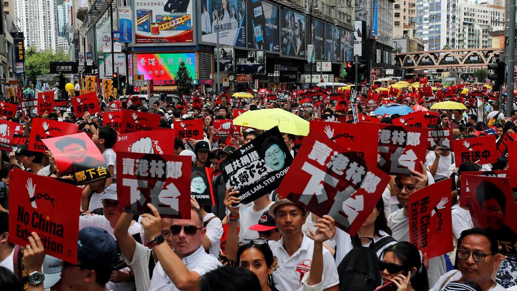 Los manifestantes sostienen sombrillas amarillas, el símbolo del movimiento de los Paraguas y pancartas durante una protesta para exigir a las autoridades que rechacen un proyecto de ley de extradición con China en Hong Kong, China, el 9 de junio de 2019.
