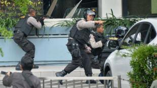 À l'arrivée de la police sur les lieux des explosions à Jakarta, des coups de feu ont éclaté.