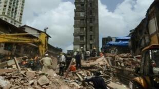 فرق الإنقاذ تبحث عن ناجين تحت انقاض مبنى إنهار في حي بندي بازار في مدينة بومباي الهندية، 31 آب/أغسطس 2017