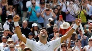 Le Serbe Novak Djokovic savoure sa victoire face à l'Allemand Philipp Kohlschreiber au 1er tour de Wimbledon, le 1er juillet 2019