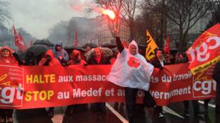 Jeudi, à Paris, sous une pluie battante, les manifestants ont défilé entre la place d'Italie et la place de la Nation.