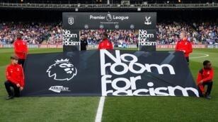 """لافتة تقول """"لا مكان للعنصرية"""" مرفوعة قبل إحدى مباريات الدوري الإنكليزي."""