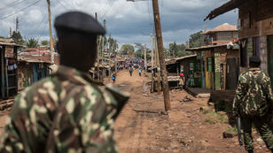 Des policiers patrouillent devant un bureau de vote de Nairobi, jeudi 26 octobre 2017.