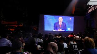 تونسيون يتابعون مناظرة تلفزيونية بين المرشحين للرئاسة في مقهى بوسط العاصمة - 7 سبتمبر/ أيلول 2019.
