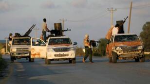 Les forces armées loyales à Fayez al-Sarraj combattent, le 22 septembre 2018, à Tripoli.