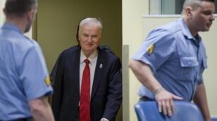 """L'ancien chef militaire des Serbes de Bosnie, Ratko Mladic, est accusé d'avoir entrepris le """"nettoyage ethnique"""" d'une partie de la Bosnie."""