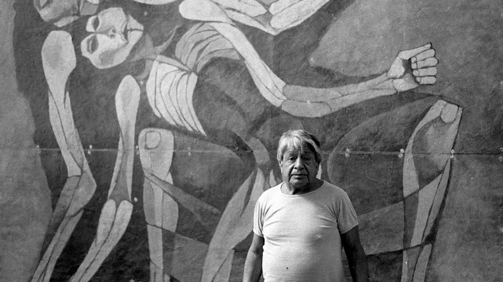 El artista Oswaldo Guayasamín ante un mural que pintó para el Congreso de Ecuador en 1988.