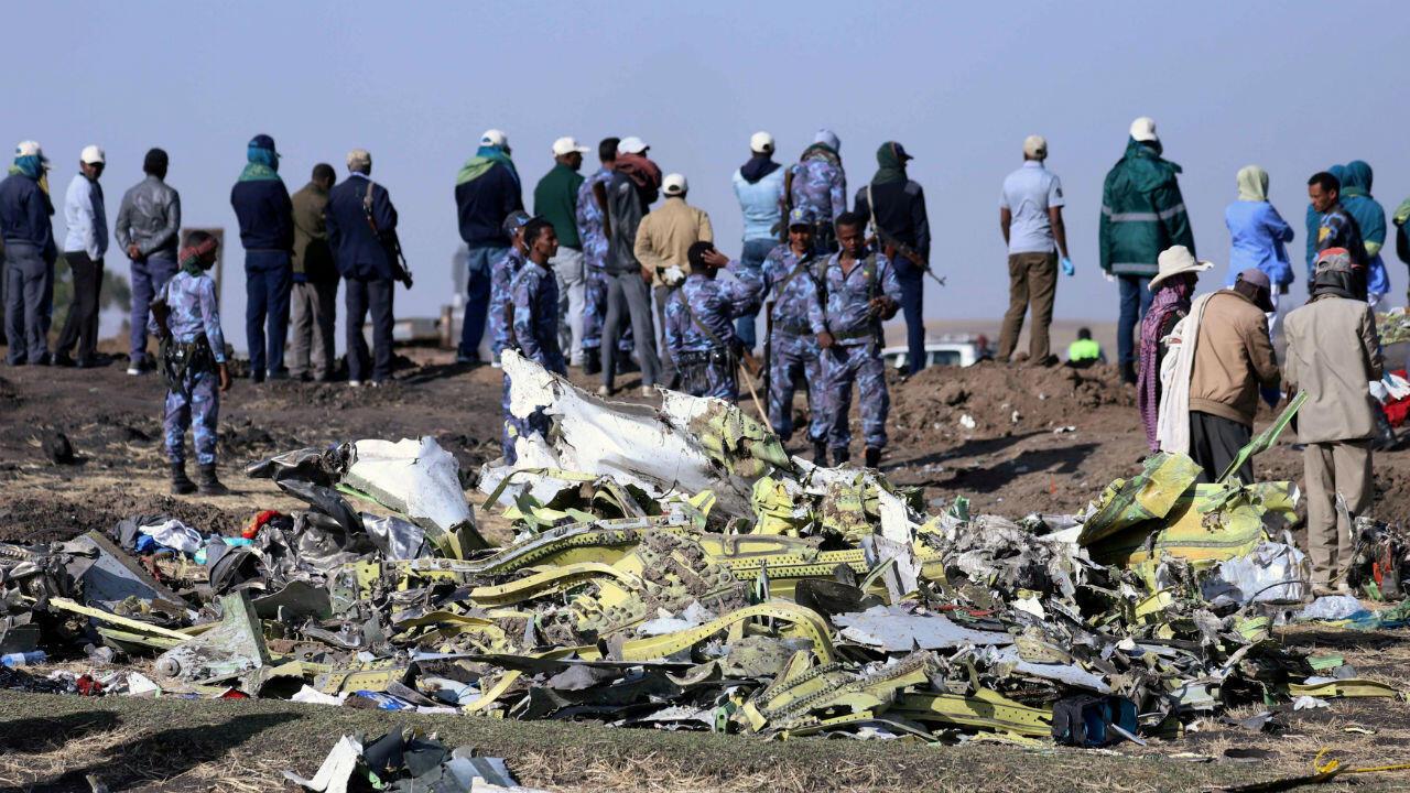 Imágen de archivo. Policías federales etíopes se encuentran en el lugar del accidente aéreo del vuelo ET 302 de Ethiopian Airlines , cerca de la ciudad de Bishoftu, el 11 de marzo de 2019.