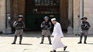 مصل يمشي أمام أبواب المسجد الأقصى قبل إندلاع اشتباكات بين المصلين والشرطة الإسرائيلية، 2 يونيو/حزيران 2019