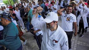 Maestros y trabajadores de la salud participan en una protesta el lunes 27 de mayo, en Tegucigalpa (Honduras).
