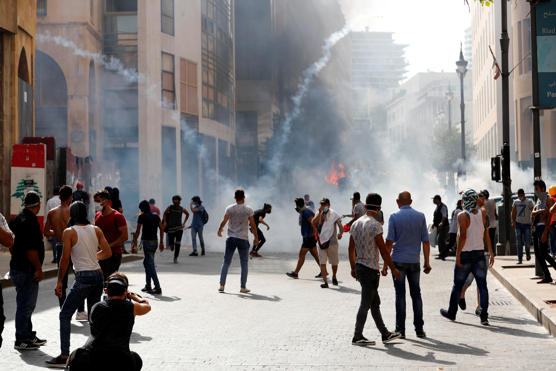 Los manifestantes se aglomeran para protestar contra el gobierno en Beirut el 8 de agosto, en medio de gases lacrimógenos.