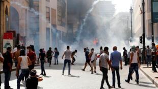 القوى الأمنية اللبنانية تطلق الغاز المسيل للدموع على متظاهرين في وسط العاصمة. 08/08/2020