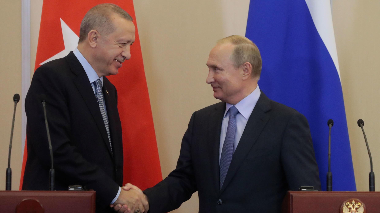 """El presidente turco, Recep Tayyip Erdogan (izq), y su homólogo ruso, Vladimir Putin (der), logran un acuerdo sobre la """"zona segura"""" el norte de Siria en Sochi, Rusia, el 22 de octubre de 2019."""