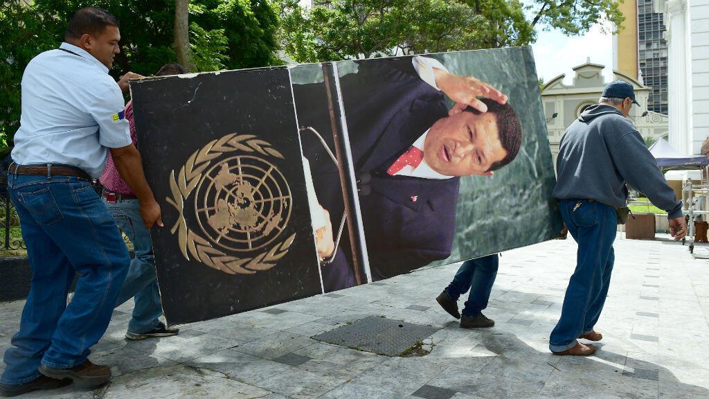 À la demande de l'opposition, des représentations de l'ex-président Hugo Chavez ont été décrochées des murs de l'Assemblée nationale vénézuélienne, le 6 janvier 2016.