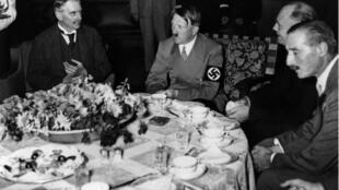 Adolf Hitler, lors d'un dîner à Munich en 1938.