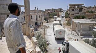 Des camions du Croissant-Rouge acheminent l'aide humanitaire à Deraa dans le cadre d'un accord avec les rebelles, le 26juillet2018.