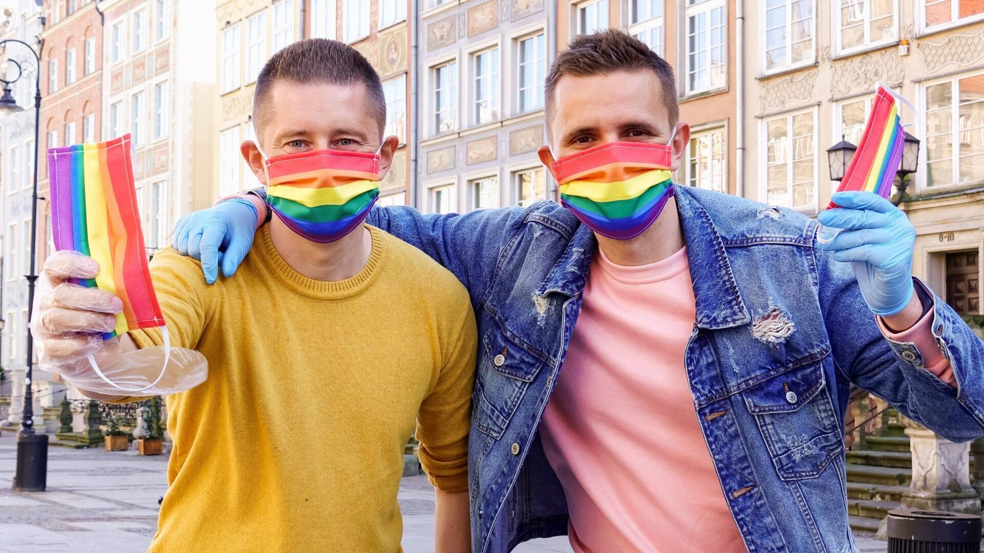 La pareja gay Dawid Mycek y Jakub Kwiecinski posan con las máscaras faciales con dibujos de arcoíris en una calle de Gdansk, Polonia, el 8 de abril de 2020. La pareja distribuyó 300 máscaras faciales con dibujos de arcoíris como un gesto para ayudar a las personas a protegerse contra la enfermedad por coronavirus (COVID) -19) brote y concienciar sobre la situación de la comunidad LGBT en Polonia. Fotografía tomada el 8 de abril de 2020.