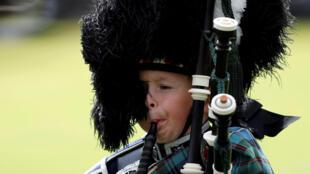 Un jeune écossais jouant de la cornemuse lors d'un rassemblement annuel dans le village de Braemar, le 3 septembre 2016.