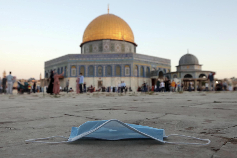 Masque de protection au sol. Pendant la prière de l'Aïd al-Adha, à côté de la mosquée du Dôme du Rocher dans l'enceinte de la mosquée Al Aqsa, dans la vieille ville de Jérusalem, le vendredi 31 juillet 2020.