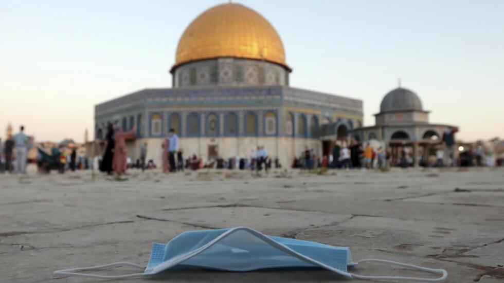Un masque de protection jeté au sol pendant la prière de l'Aïd al-Adha, à côté de la mosquée du Dôme du Rocher dans l'enceinte de la mosquée Al Aqsa, dans la vieille ville de Jérusalem, vendredi 31 juillet 2020.