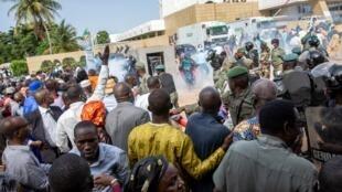 Las fuerzas de seguridad disparan gases lacrimógenos contra personas reunidas fuera de una conferencia para discutir la transición a un gobierno civil en Bamako, Mali, el jueves 10 de septiembre de 2020.