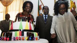 Robert Mugabe entouré de son épouse, Grance (à g.), et de sa fille, Bona, lors des célébrations de son 92e anniversaire, le 27 février.