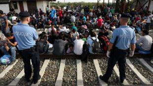 Des migrants attendent de pouvoir monter dans un train, dans une gare à proximité de la ville frontalière de Tovarnik, en Croatie.