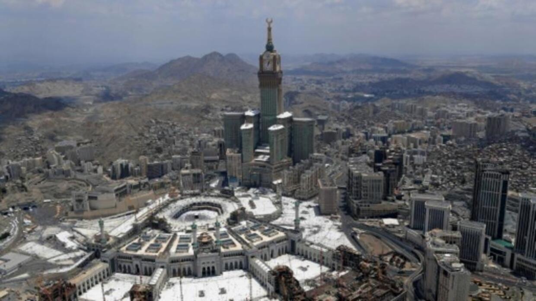 السعودية: مقتل 35 معتمرا على الأقل إثر اصطدام حافلة تقلهم بآلية ثقيلة في المدينة المنورة