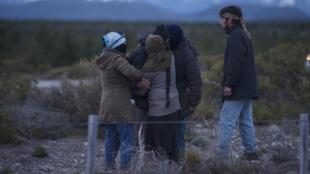Varios de integrantes de la comunidad mapuche Lof Cushamen se enteran de la aparición de un cuerpo en aguas del río Chubut en Esquel, al sur del país, este martes 17 de octubre de 2017.