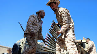 Un miembro de las fuerzas de Misrata, bajo la protección de las fuerzas de Trípoli, se prepara para ir a la línea del frente en Trípoli, Libia, el 8 de abril de 2019.